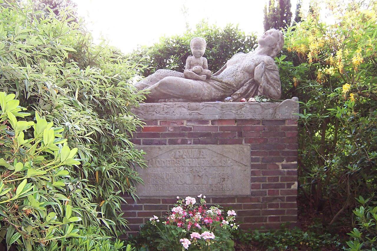 Monument on the grave of Paula Modersohn-Becker in Worpswede cemetery, by sculptor Bernhard Hoetger (1907)